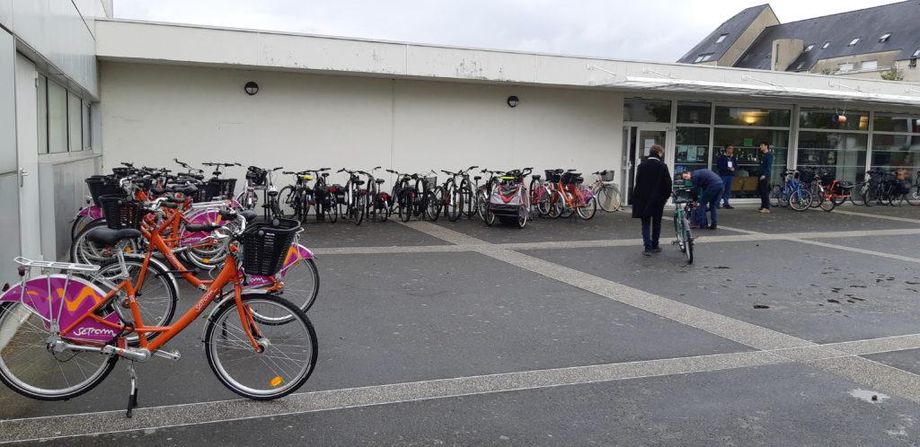 Plus de 100 vélos étaient stationnés autour de la salle Pierre Guédou.
