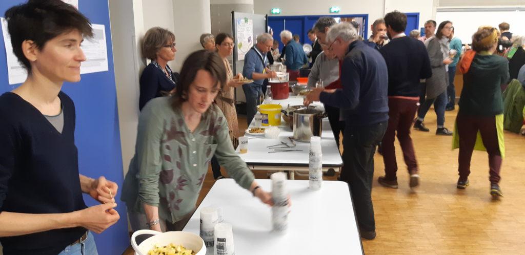 Les bénévoles d'Alternatiba et Cyclamaine ont préparé un repas local, bio, zéro déchets... et bon !