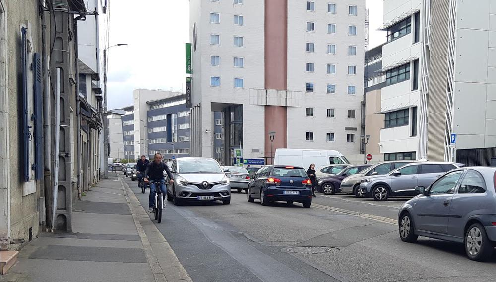 Cyclistes dans la circulation gare Sud au Mans