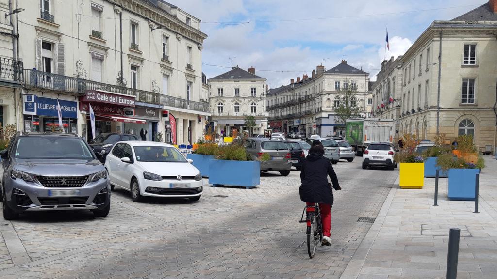 Cycliste place Raphaël Elizé à Sablé